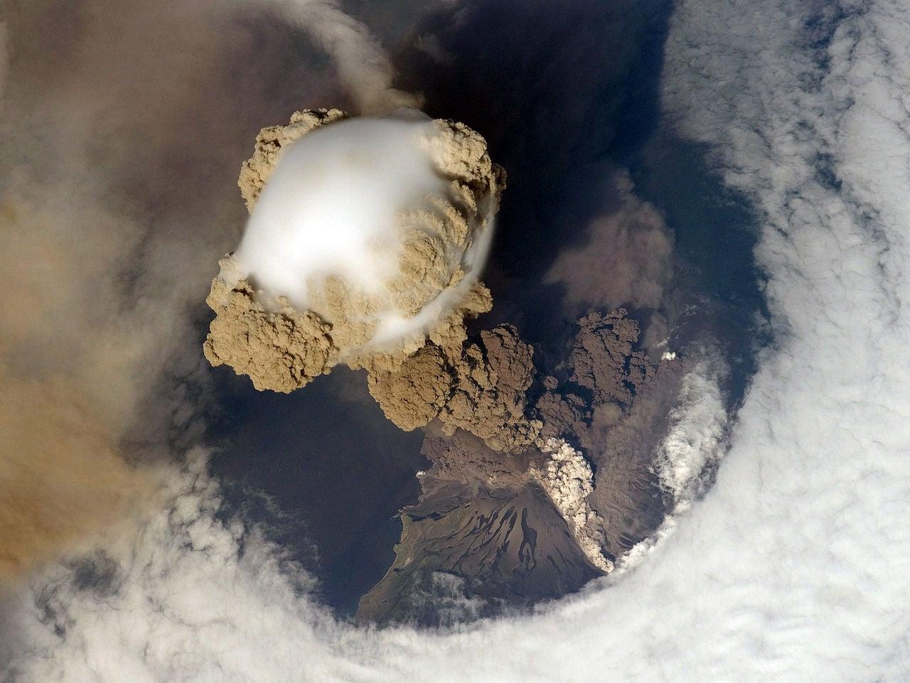 A terrível beleza de erupções vulcânicas e rios de lava
