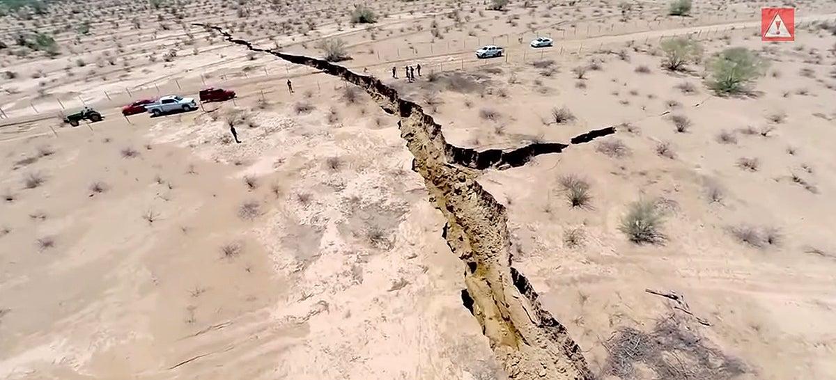 Aparece una grieta de un kilómetro de largo en México Pthtcznlhhcbwjsnvolv