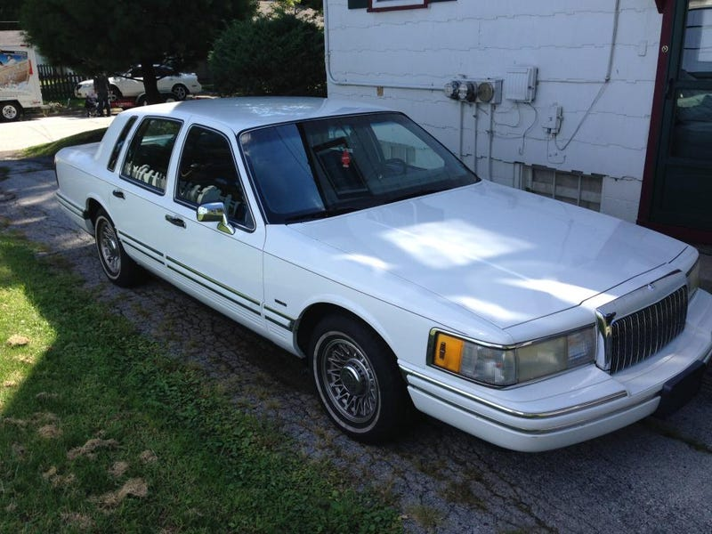 This Cheap-Looking Lincoln Town Car Has Way More Power Than A Charger Hellcat