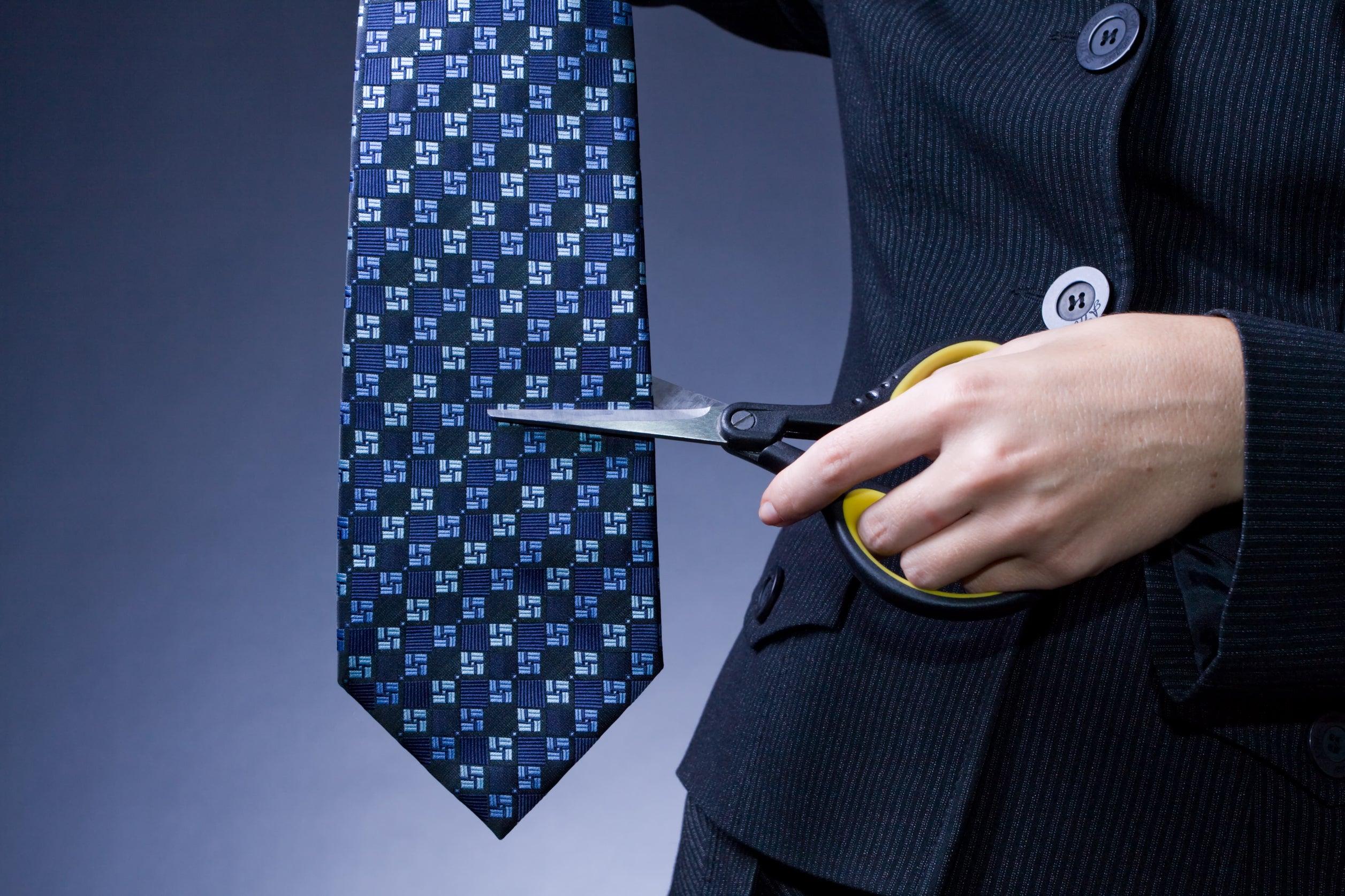 Режет ножницами одежду порно 24 фотография
