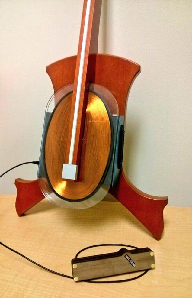 Así es el hipnótico sonido de un violoncello magnético sin cuerdas