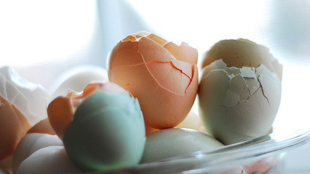 Pour Grease into Eggshells When Frying Bacon and Eggs for Easy Cleanup