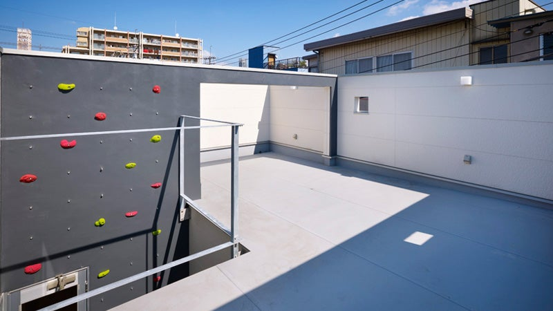 Climbing Wall House Makes You Earn a Relaxing Moment On Its Rooftop Patio