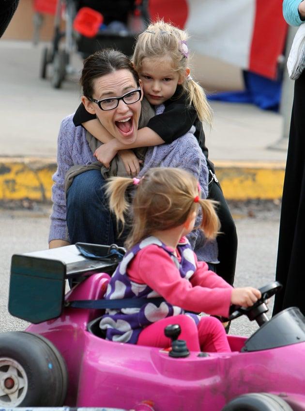 Jen Garner Misses A Glare Between Sisters