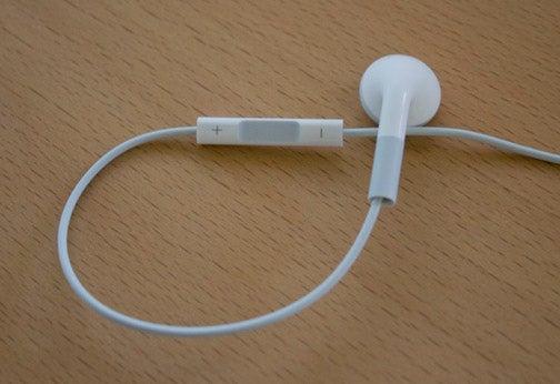 Apple Replacing iPod Shuffle Headphones