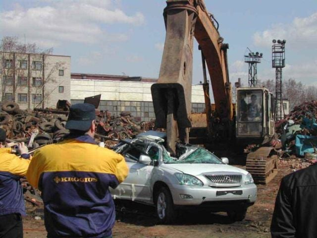 Illegally-Parked Lexus RX 330 Scrapped, Nobody Weeps
