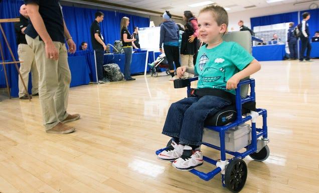 Estudiantes diseñan la silla de ruedas eléctrica más pequeña para niños