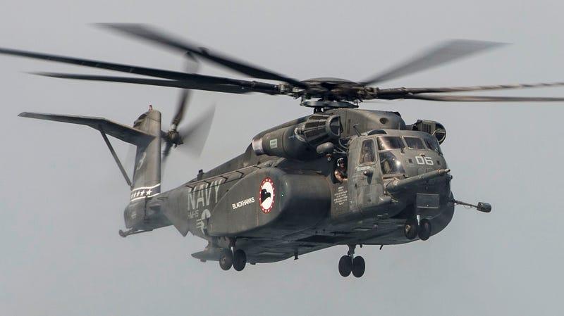 MH-53E Sea Dragon Ejecutando una parada rápida 1465607063354751304