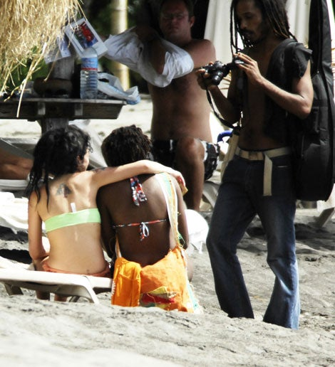 Amy Winehouse Makes Friends On Vacation