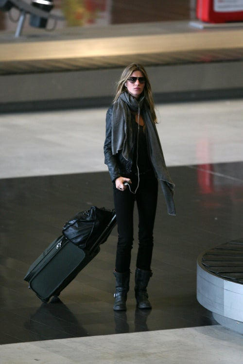 No One Greets Gisele Bundchen At The Airport