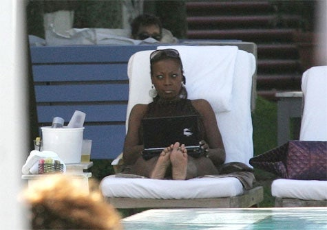 Star Jones Perfects Her Bitch Face Poolside
