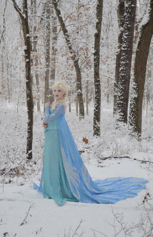 Whoa, check out this Elsa from Frozen cosplay.