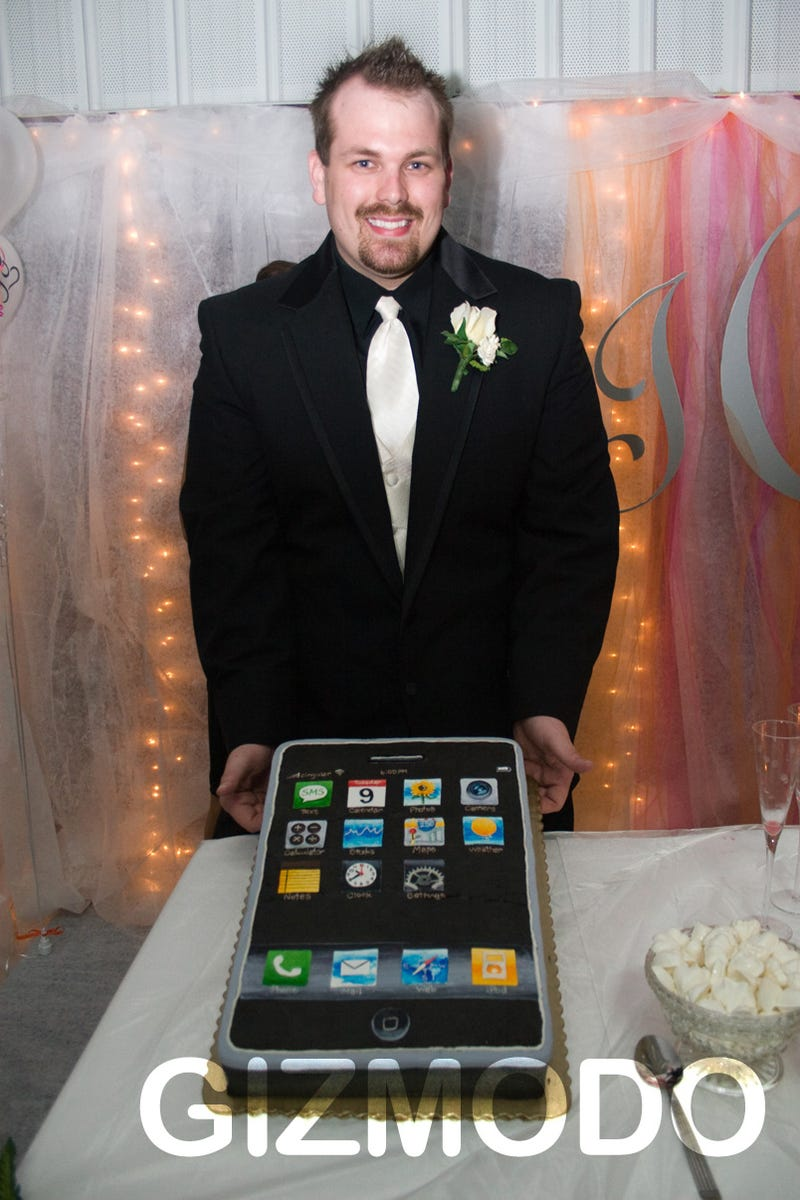 iPhone Wedding Cake Makes Geek Happy