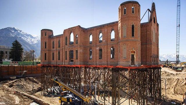 """La iglesia de 112 años que """"levita"""" (para ser restaurada)"""