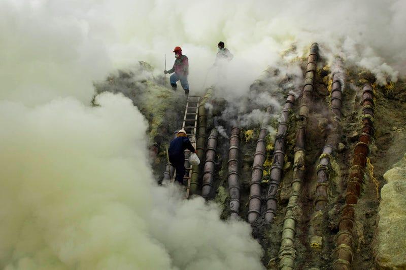 Áldozati kecskét ásnak a tűzhányó kráterébe a jávai kénbányászok