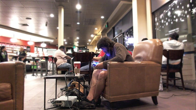 Forget MacBook Pro, This Guy Is Playing His Xbox 360 at Starbucks