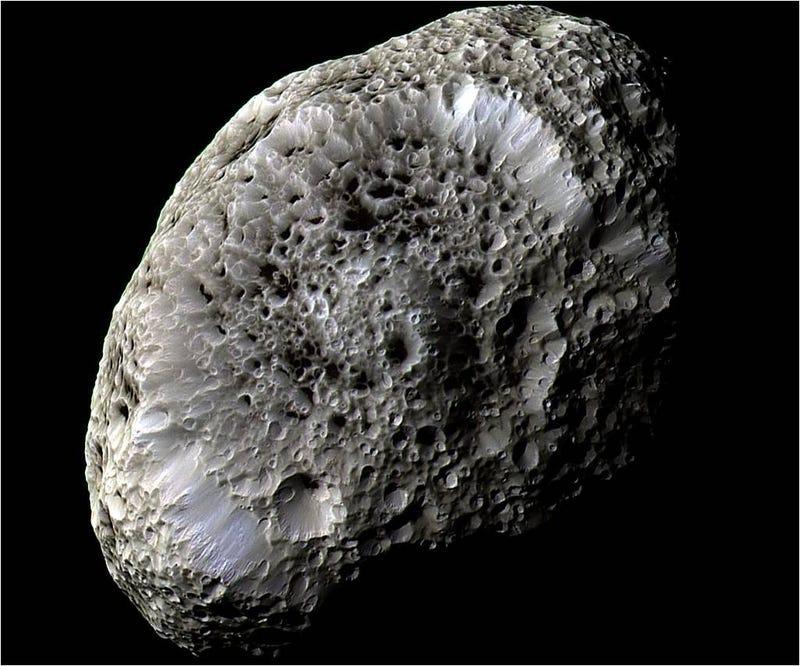 La misteriosa luna de Saturno que parece una esponja
