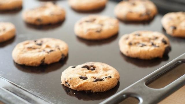 Get Cookies Off Baking Trays Easier with Dental Floss