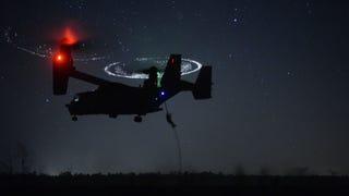 El aterrizaje nocturno de un avión <i>V-22 Osprey</i> parece sobrenatural