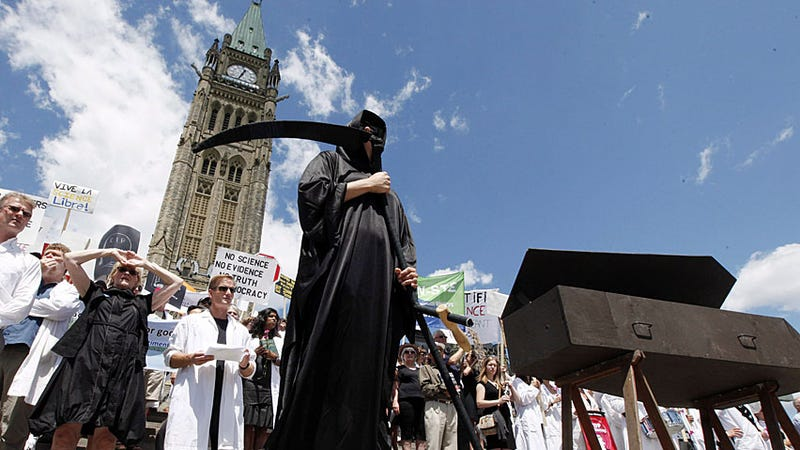 Canadian scientists protest government muzzling of researchers