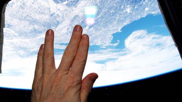 Američki astronaut Terry Virts pozdravlja Leonarda Nimoya s ISS-a
