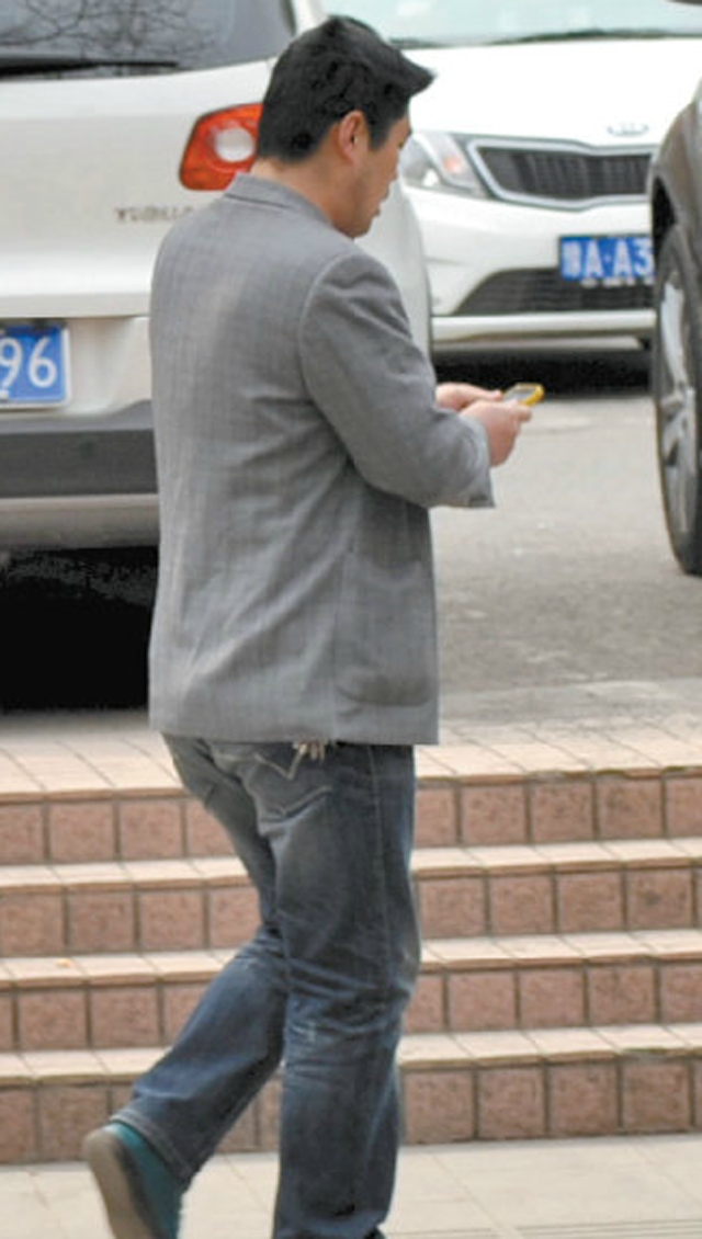 Chinese Man Pickpockets an iPhone By Using... Chopsticks