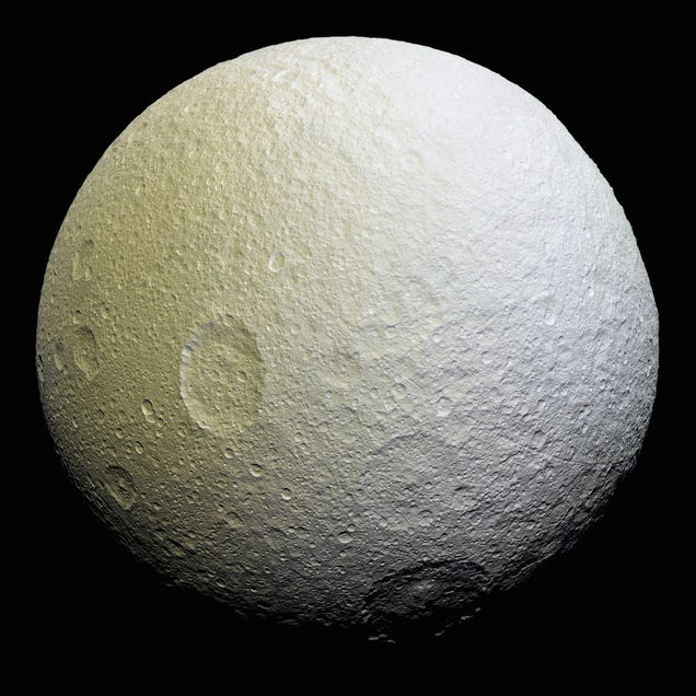 Cassini revela extrañas marcas rojas sobre Tetis, la luna de Saturno