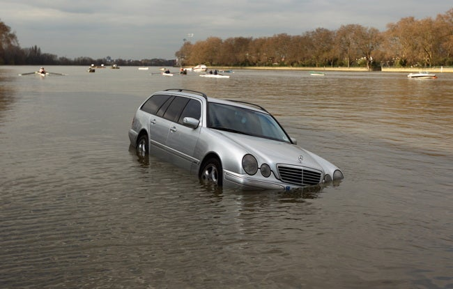 Rowers rescue flooded cars during boat race