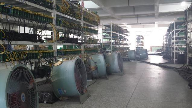 Cómo es por dentro una enorme mina de Bitcoins en la China rural
