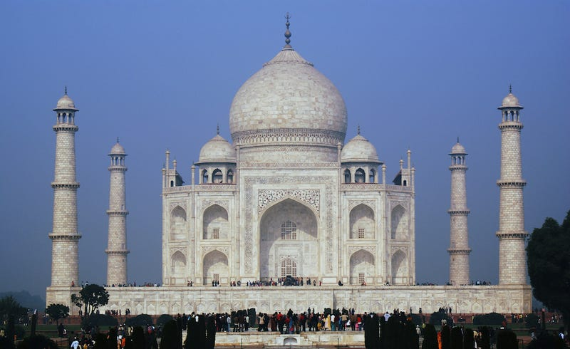 """Taj Mahal to Receive Luxurious """"Mud-Pack"""" Pollution Cleanse"""