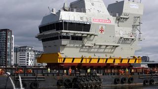 Así se traslada el enorme puente de mando de un portaaviones
