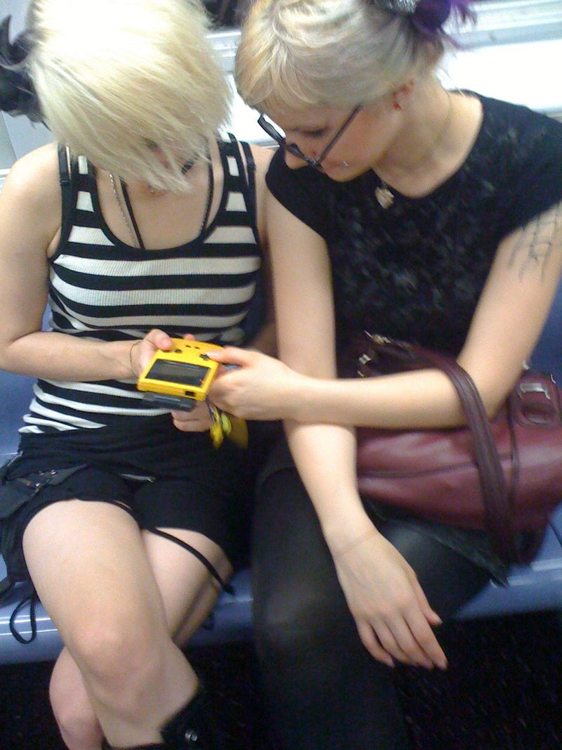 This Is How Two Girls Play Gameboy When They Really Love Each Other