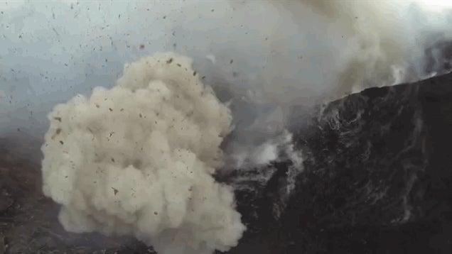 Delejező drónfelvétel a kitörő tűzhányóról