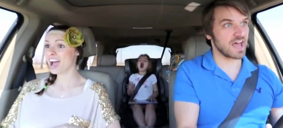 Amazing parents' perfect lip-sync to Frozen song