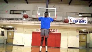 Az égig érő dél-szudáni kosaras fia még kosarazni is tud