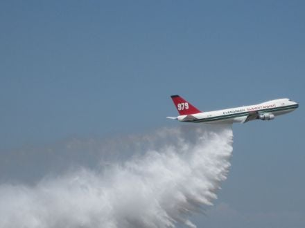 20,500-Gallon Firefighting Boeing 747 Supertanker In Action