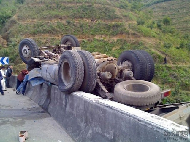 Scary Chinese Truck Crash Taunts Laws Of Gravity