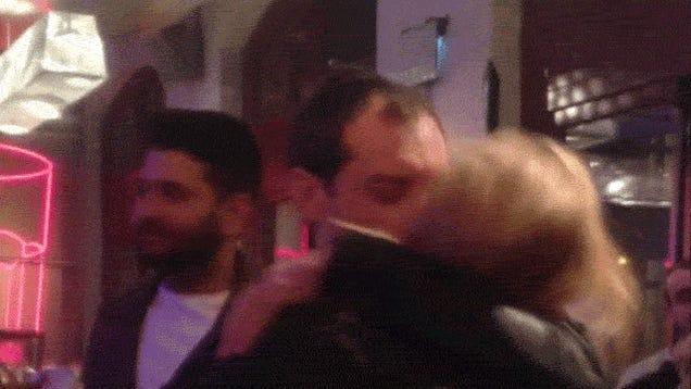 Így smackózik részegen Jude Law Zimány Lindával
