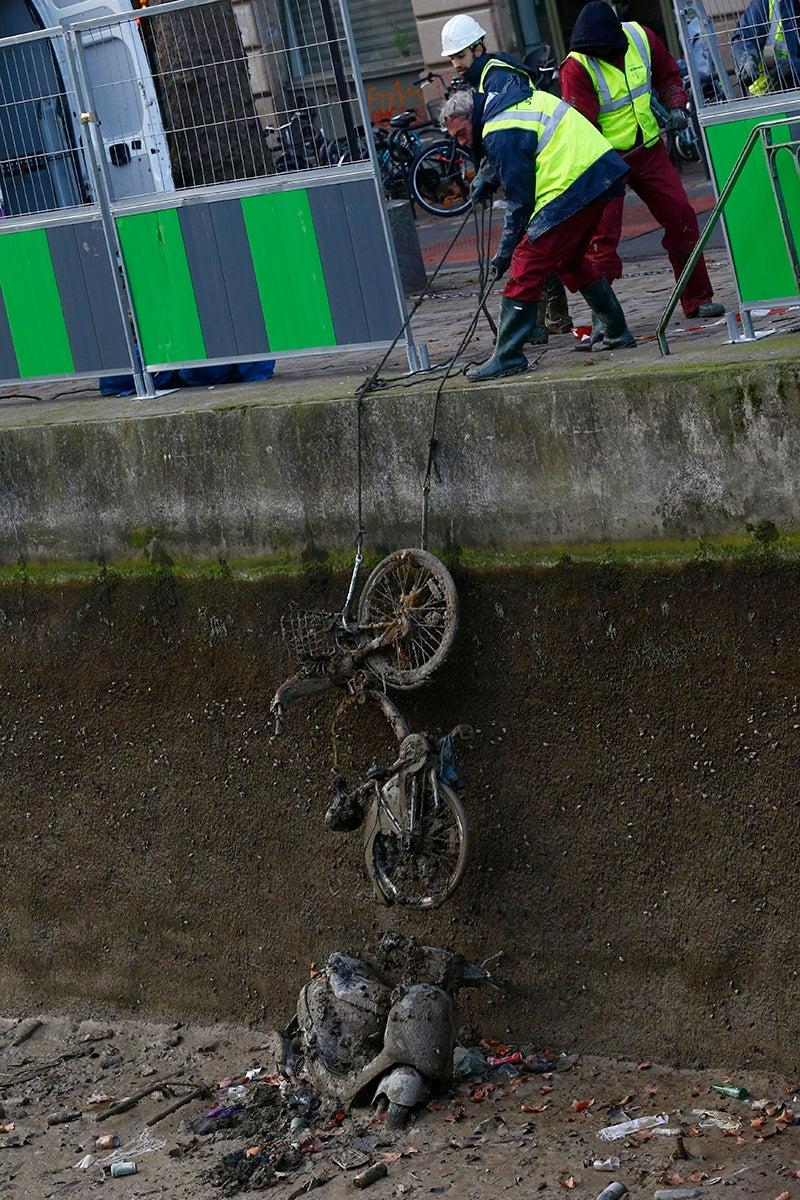 Bicicletas, pistolas y monedas de oro: todo lo que aparece al drenar un canal en París