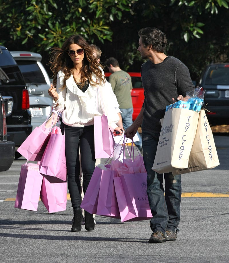 Kate Beckinsale Does Just A Little Christmas Shopping