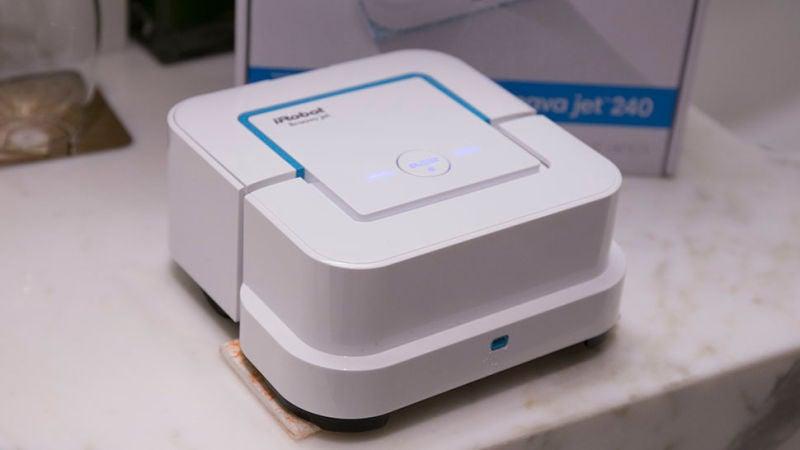Robot de Roomba que saca brillo al sueloal suelo por nosotros