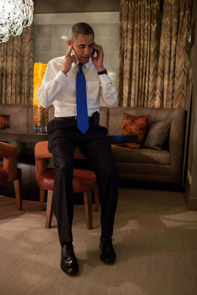 Barack Obama Accepts Mitt Romney's Concession Call: A Body Language Analysis