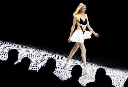A Trippy Catwalk To Make Any Model Dizzy