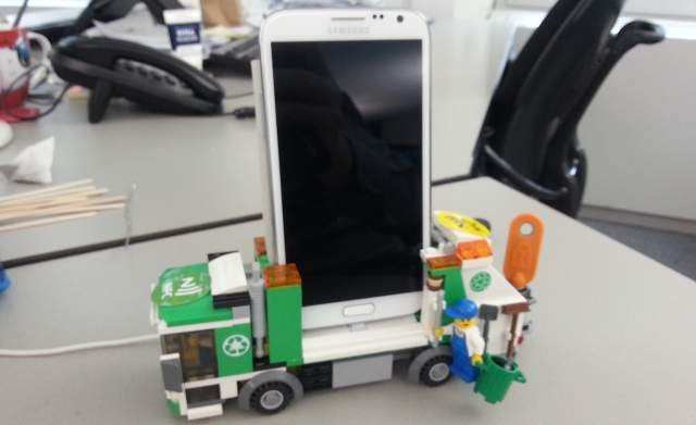 MacGyver Challenge: LEGO Docks Hold Any Smartphone You Can Imagine