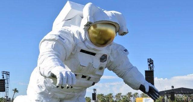 astronaut behind - photo #17