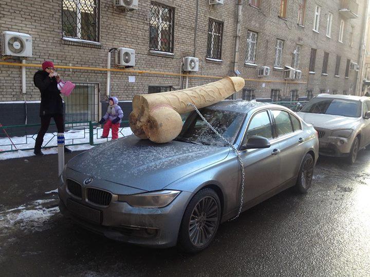 Százkilós fapéniszt láncoltak az orosz ellenzéki humorista autójára
