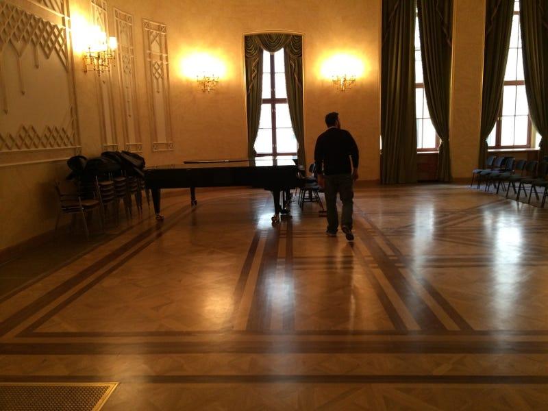 Pinaasztal mögött szivarozhat Fekete György az Aranykalickában