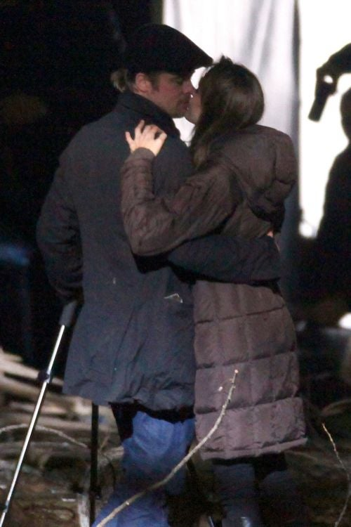 """Body Language """"Expert"""" Doubts Brad & Angelina Are In Love"""