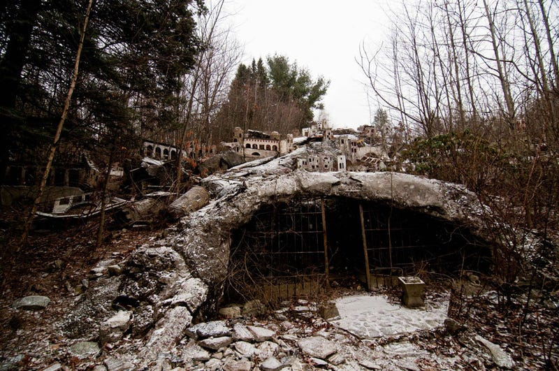 Guy breaks in and photographs creepy, abandoned religious theme park