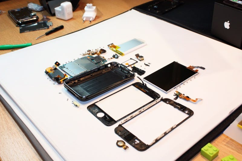 Hot Hot Hot: iPhone 3GS Shamelessly Stripped Naked
